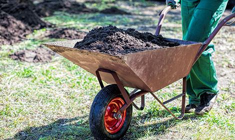 kruiwagen met grond